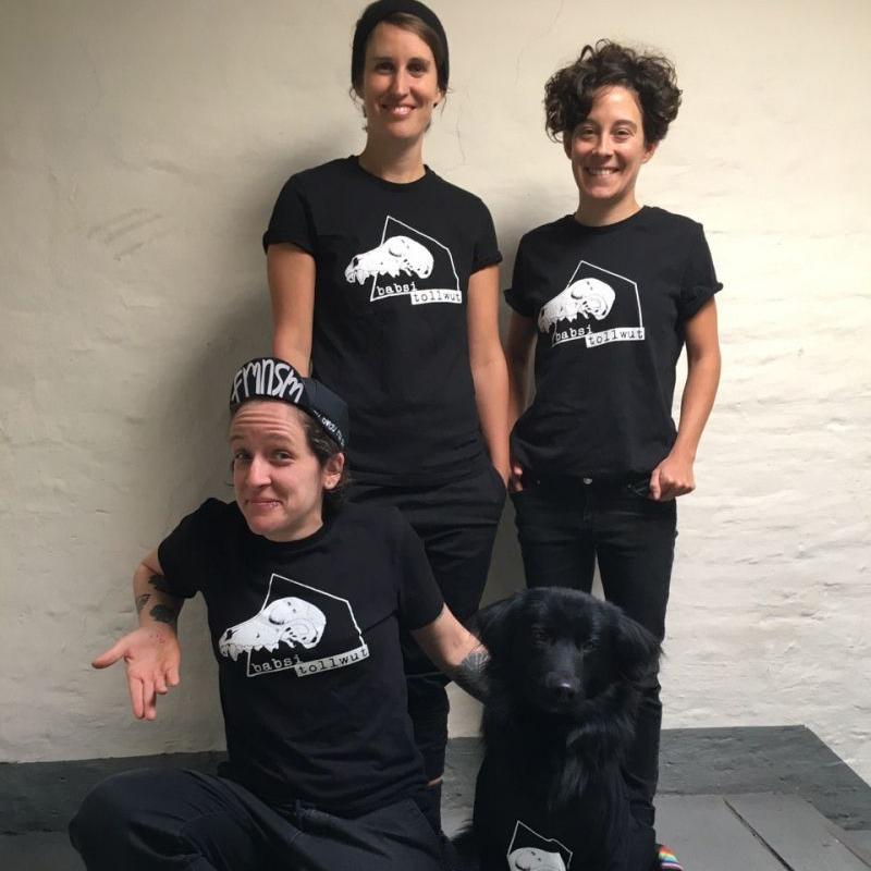 3 Personen und 1 Hund tragen Shirts von Babsi Tollwut