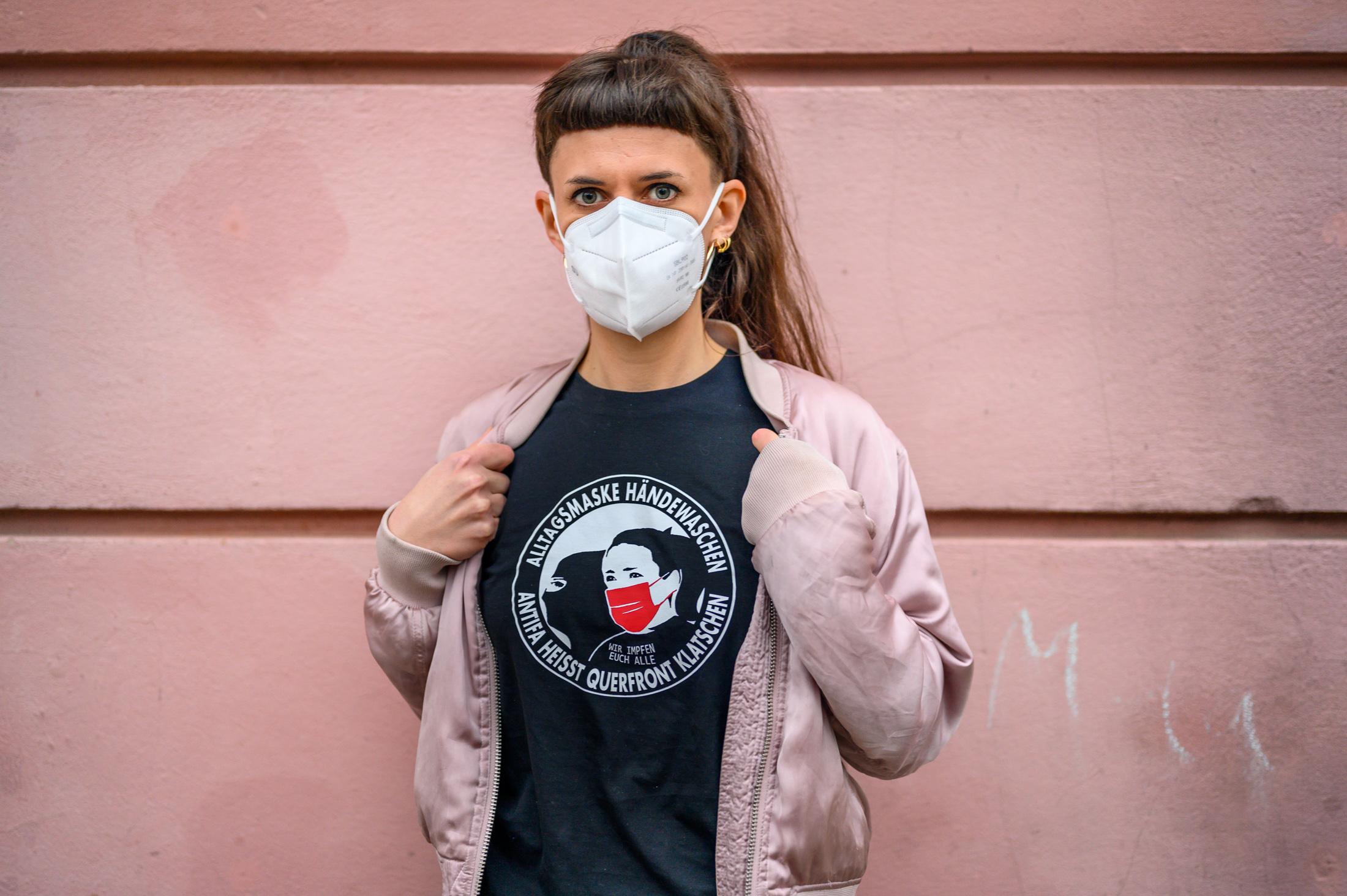 """Shirt mir Aufschrift: """"Alltagsmaske Händewaschen Antifa heisst Querfront klatschen"""""""
